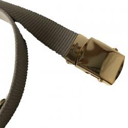 Se ferme avec une boucle en métal doré que l'on bloque à la longueur souhaitée