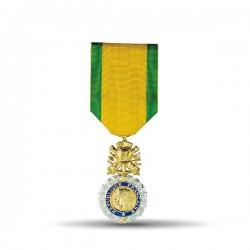 la médaille porte une couronne de laurier d'argent qui entoure un médaillon d'or où figure l'effigie de la République